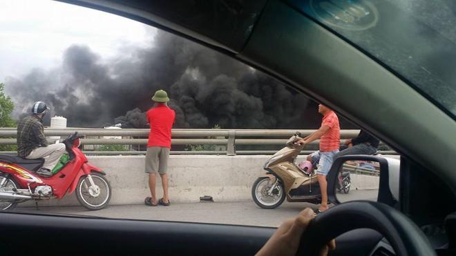 Hải Phòng: Cháy lớn thiêu rụi hàng nghìn mét vuông nhà xưởng, cột khói đen bốc cao hàng trăm mét - Ảnh 4.