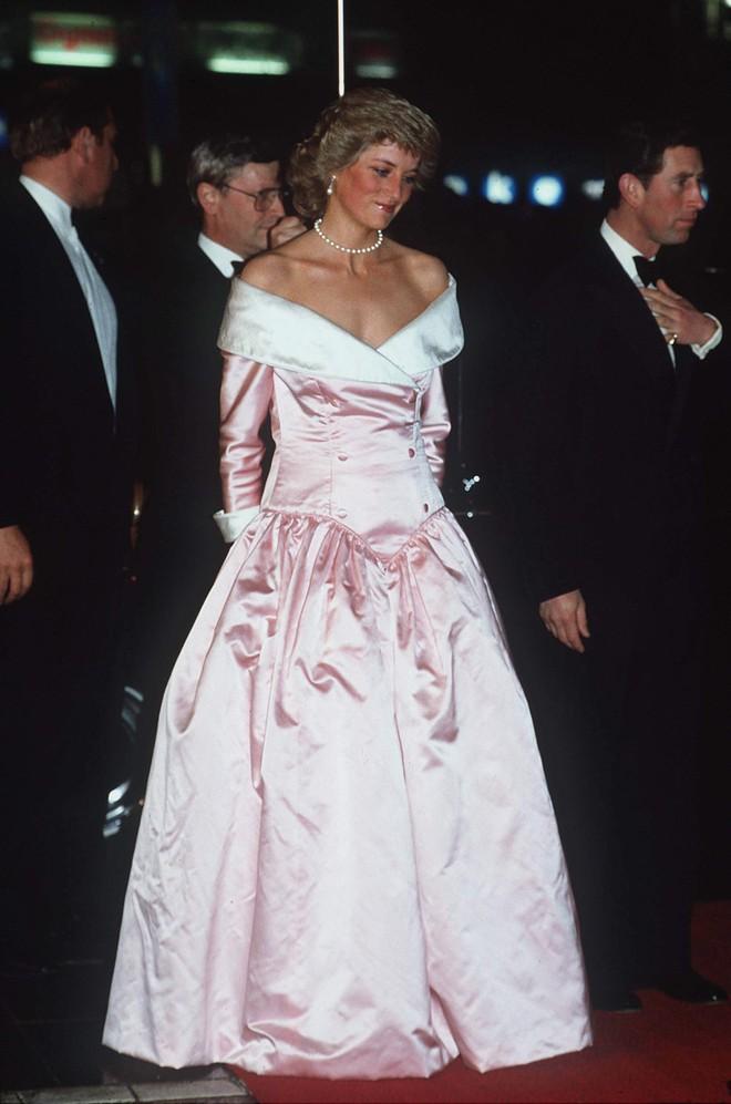 Nhiều đồn đoán cho rằng bộ đồ phá vỡ quy tắc của Meghan Markle được lấy cảm hứng từ trang phục của Công nương Diana  - Ảnh 4.