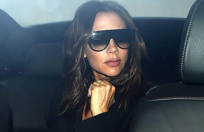 Giữa tin đồn ly hôn, Victoria Beckham khéo léo khoe nhẫn cưới dằn mặt những kẻ đưa chuyện - Ảnh 1.