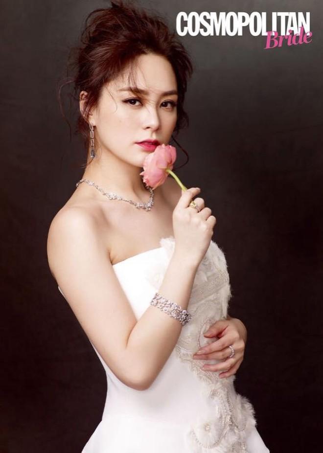 Chung Hân Đồng khoe nhan sắc lão hóa ngược đáng ghen tị với váy cưới trắng tinh khôi - Ảnh 1.