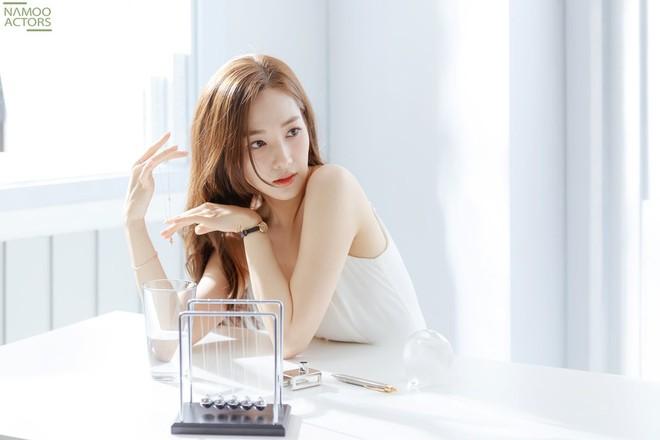 Ảnh hậu trường đẹp khó tin của đệ nhất dao kéo Park Min Young: Đẳng cấp còn hơn cả thần tiên tỉ tỉ - ảnh 1