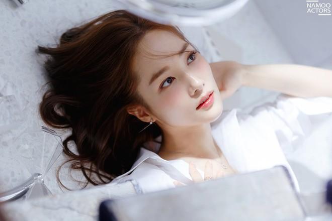 Ảnh hậu trường đẹp khó tin của đệ nhất dao kéo Park Min Young: Đẳng cấp còn hơn cả thần tiên tỉ tỉ - ảnh 2