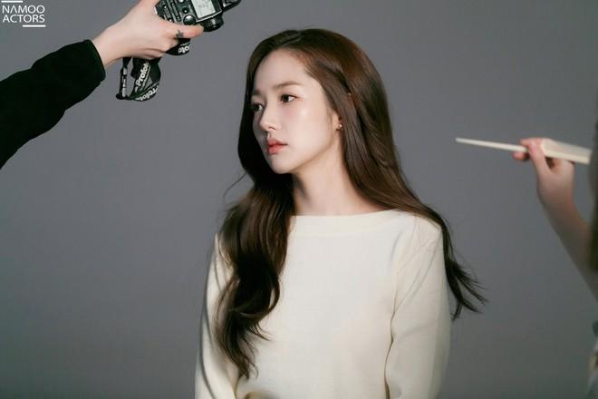 Ảnh hậu trường đẹp khó tin của đệ nhất dao kéo Park Min Young: Đẳng cấp còn hơn cả thần tiên tỉ tỉ - ảnh 19