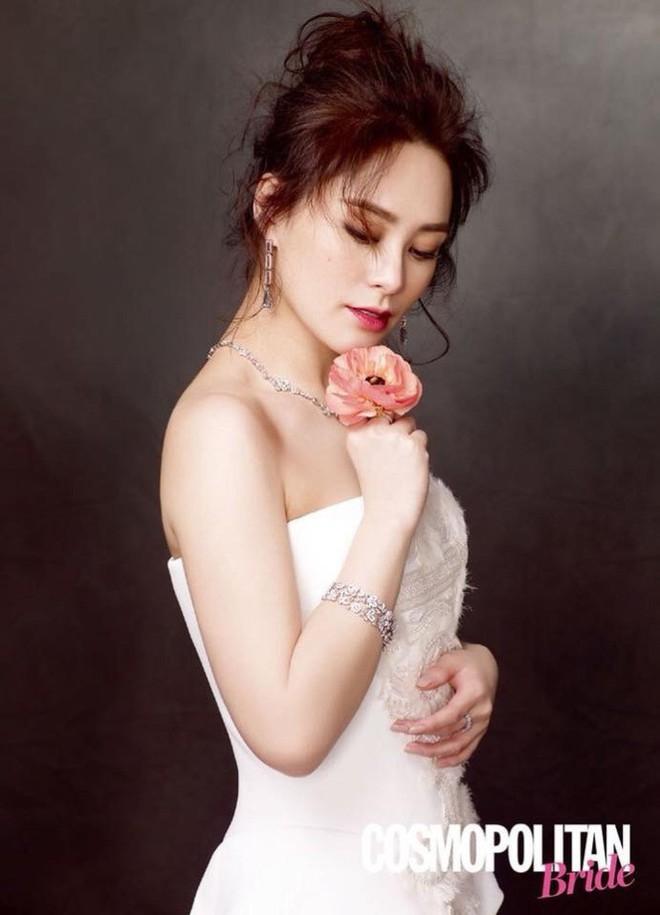 Chung Hân Đồng khoe nhan sắc lão hóa ngược đáng ghen tị với váy cưới trắng tinh khôi - Ảnh 4.