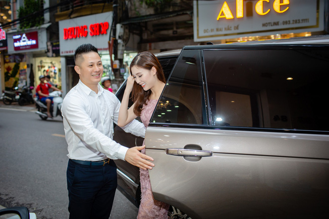 Ông xã điển trai của Hoa hậu Phí Thùy Linh đích thân tháp tùng vợ - Ảnh 1.