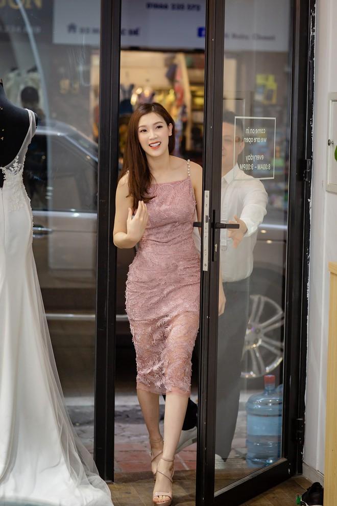 Ông xã điển trai của Hoa hậu Phí Thùy Linh đích thân tháp tùng vợ - Ảnh 2.