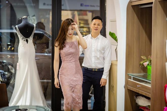 Ông xã điển trai của Hoa hậu Phí Thùy Linh đích thân tháp tùng vợ - Ảnh 3.