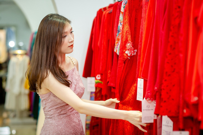 Ông xã điển trai của Hoa hậu Phí Thùy Linh đích thân tháp tùng vợ - Ảnh 4.