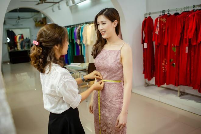Ông xã điển trai của Hoa hậu Phí Thùy Linh đích thân tháp tùng vợ - Ảnh 6.
