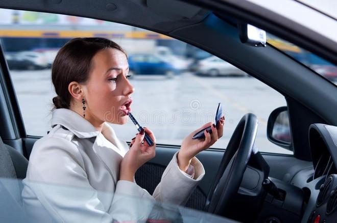 Sai lầm đáng sợ rất nhiều chị em mắc phải: Trang điểm trên ô tô, cô gái bị chì kẻ lông mày đâm xuyên mắt - Ảnh 1.