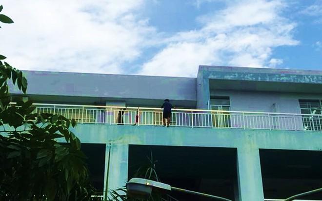TP.HCM: Bị cấm yêu, nam thanh niên leo lên tầng 5 bệnh viện Trưng Vương đòi tự tử - ảnh 1