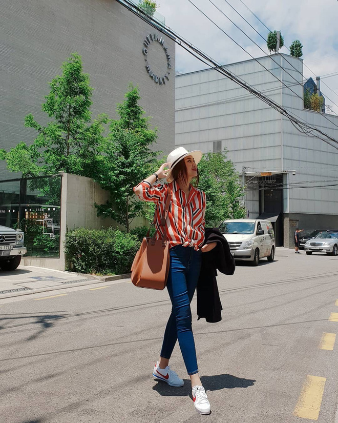 Chỉ với áo phông kẻ và quần jeans, một mình Hà Tăng cân cả street style sao Việt tuần này - Ảnh 2.