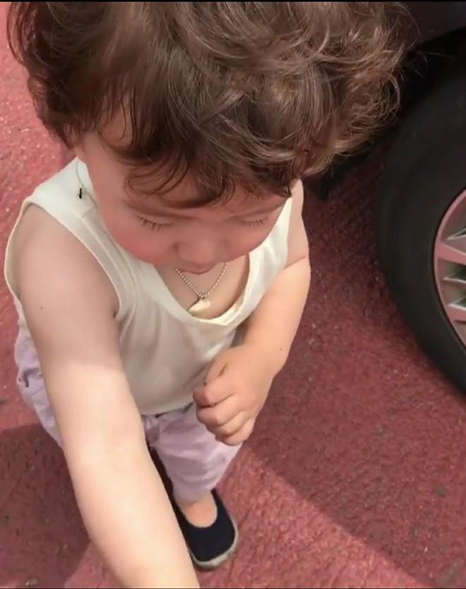 Cậu bé khóc thét vì kiến bò trên tay, nhưng không ai tới cứu nguy mà chỉ để ý tới mái tóc xù siêu yêu - Ảnh 4.