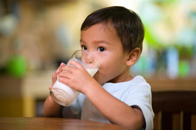 Nếu đang cho con dùng cốc tập uống, thì đây là lý do mà bạn nên suy nghĩ lại - Ảnh 3.