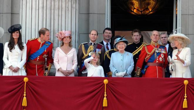 Sự thật đằng sau bức ảnh Công nương Kate đứng lấn át Meghan trong dịp sinh nhật Nữ hoàng Anh - Ảnh 2.