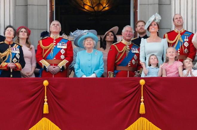 Sự thật đằng sau bức ảnh Công nương Kate đứng lấn át Meghan trong dịp sinh nhật Nữ hoàng Anh - Ảnh 3.