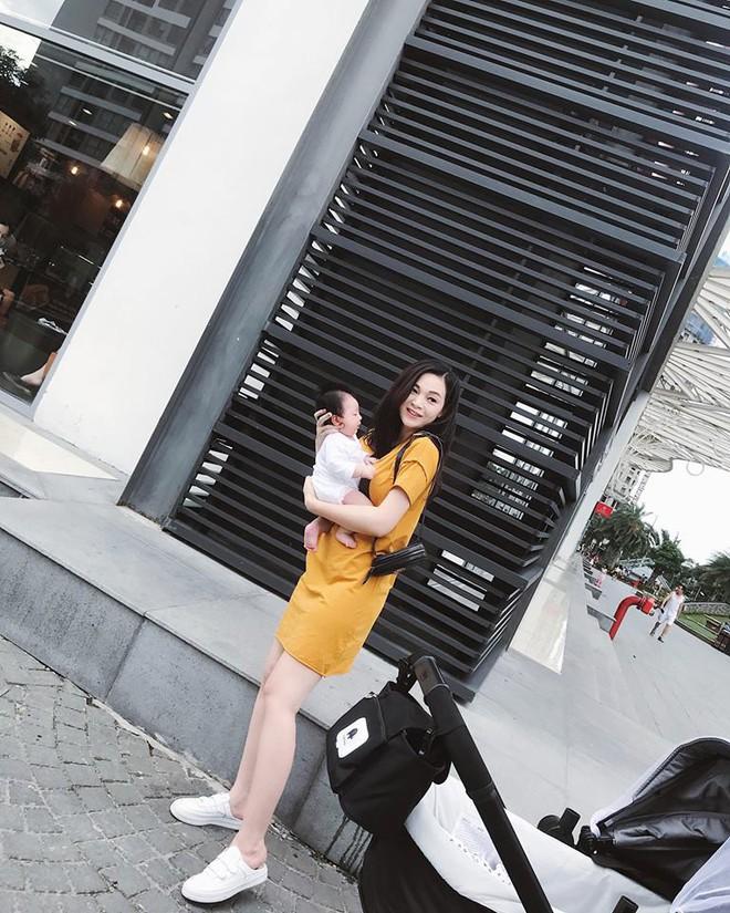 Sau 1 tháng ở cữ, Ngọc Mon tươi tắn khoe dáng vóc như gái còn son, lần đầu tiên bế con gái mới sinh ra ngoài - ảnh 1