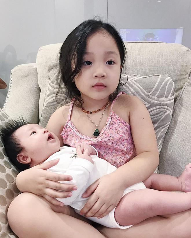 Sau 1 tháng ở cữ, Ngọc Mon tươi tắn khoe dáng vóc như gái còn son, lần đầu tiên bế con gái mới sinh ra ngoài - ảnh 2
