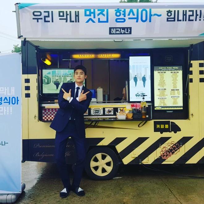 Song Joong Ki - Song Hye Kyo thay nhau thể hiện tình cảm thân thiết với Jang Dong Gun và Park Hyung Sik - ảnh 2