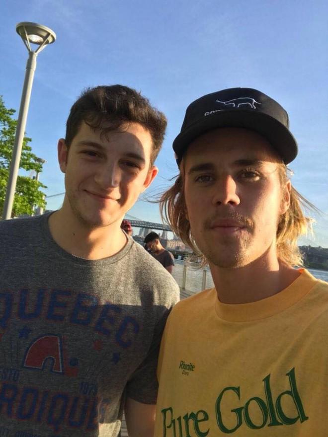 Justin Bieber chụp ảnh với fan nhưng không biết ai là fan, ai là idol nữa? - ảnh 2