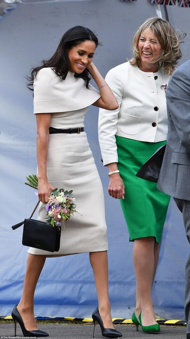 Diện đầm Givenchy kín đáo, thanh lịch nhưng Công nương Meghan lại mất điểm bởi chi tiết này - Ảnh 4.