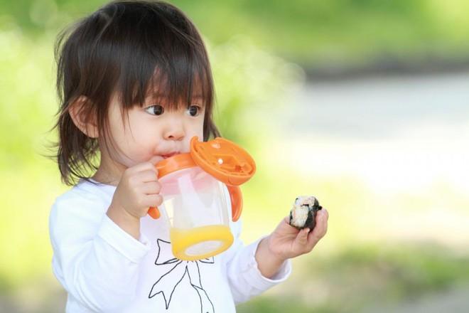 Nếu đang cho con dùng cốc tập uống, thì đây là lý do mà bạn nên suy nghĩ lại - Ảnh 1.