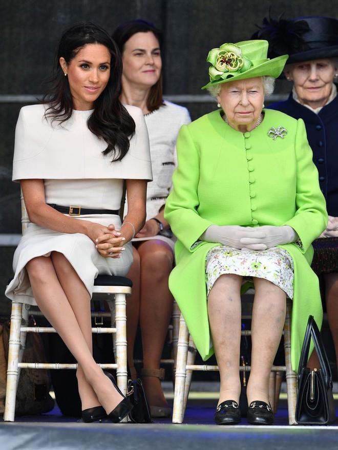 Bật mí món nữ trang nhỏ xinh mà Nữ hoàng Elizabeth II đã tặng cho cháu dâu Meghan  - Ảnh 2.