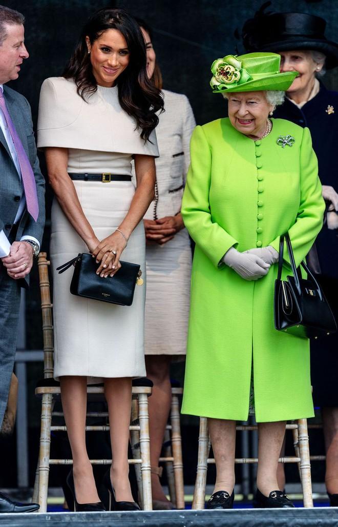Bật mí món nữ trang nhỏ xinh mà Nữ hoàng Elizabeth II đã tặng cho cháu dâu Meghan  - Ảnh 3.