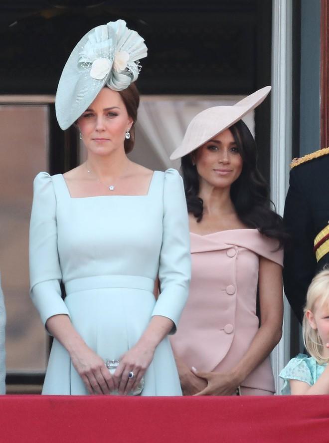 Cùng là công nương Hoàng gia Anh nhưng Kate và Meghan lại có hai style chọn mũ đối lập nhau - Ảnh 1.