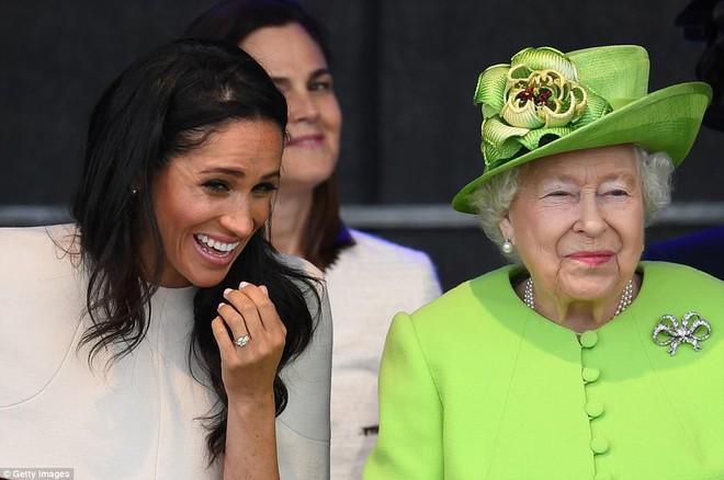 Bật mí món nữ trang nhỏ xinh mà Nữ hoàng Elizabeth II đã tặng cho cháu dâu Meghan  - Ảnh 7.
