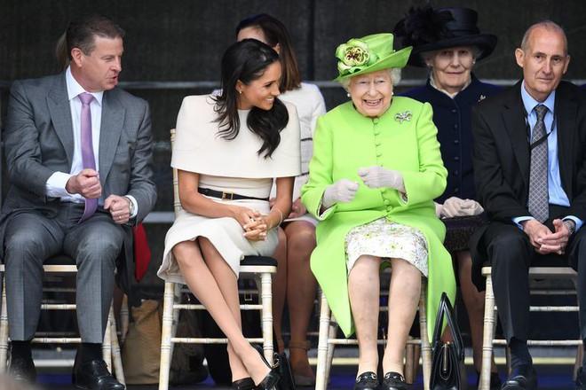 Bật mí món nữ trang nhỏ xinh mà Nữ hoàng Elizabeth II đã tặng cho cháu dâu Meghan  - Ảnh 1.
