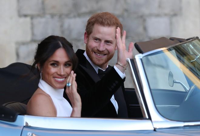 Váy cưới của Meghan Markle hot đến nỗi hãng thiết kế phải cho ra mắt phiên bản mô phỏng với giá rẻ hơn 20 lần - Ảnh 4.