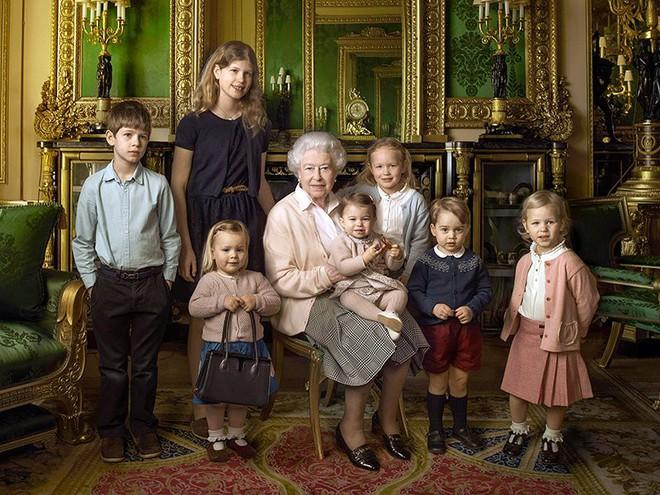Chả trách Công chúa Charlotte lại có thần thái xuất chúng đến như vậy, hóa ra cô bé chính là bản sao hoàn hảo của Nữ hoàng - Ảnh 9.