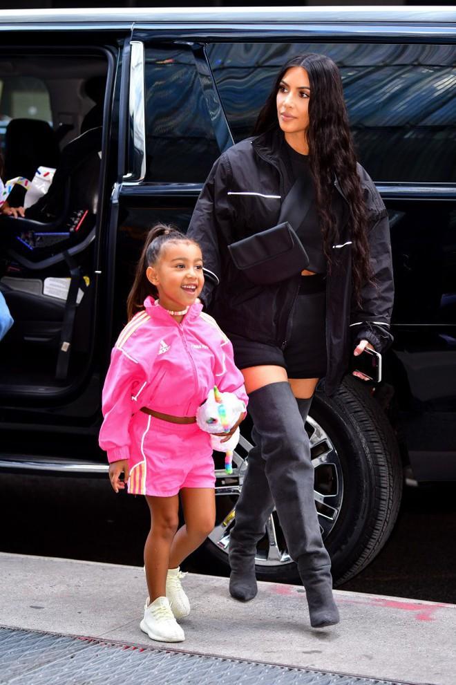 Con gái 5 tuổi của Kim càng lớn càng xinh nhưng cư dân mạng lại mắng Kim xối xả vì ép thẳng tóc của cô bé - Ảnh 1.