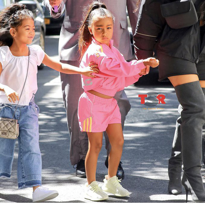 Con gái 5 tuổi của Kim càng lớn càng xinh nhưng cư dân mạng lại mắng Kim xối xả vì ép thẳng tóc của cô bé - Ảnh 2.