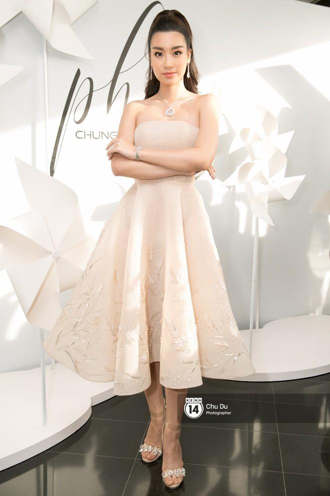 Hoa hậu Mỹ Linh lần đầu lên đồ tới hơn 3 tỷ đồng, Jun Vũ khoe vẻ đẹp mong manh tại show của NTK Chung Thanh Phong - Ảnh 1.