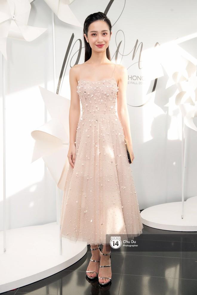 Hoa hậu Mỹ Linh lần đầu lên đồ tới hơn 3 tỷ đồng, Jun Vũ khoe vẻ đẹp mong manh tại show của NTK Chung Thanh Phong - Ảnh 3.