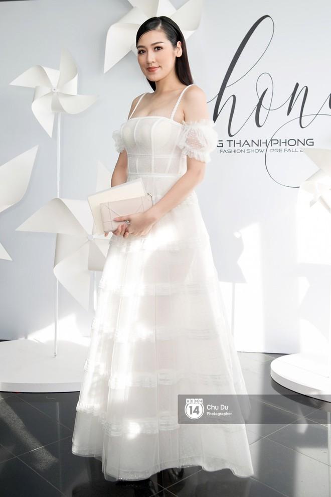 Hoa hậu Mỹ Linh lần đầu lên đồ tới hơn 3 tỷ đồng, Jun Vũ khoe vẻ đẹp mong manh tại show của NTK Chung Thanh Phong - Ảnh 6.