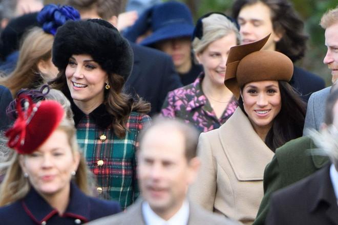 Cùng là công nương Hoàng gia Anh nhưng Kate và Meghan lại có hai style chọn mũ đối lập nhau - Ảnh 4.