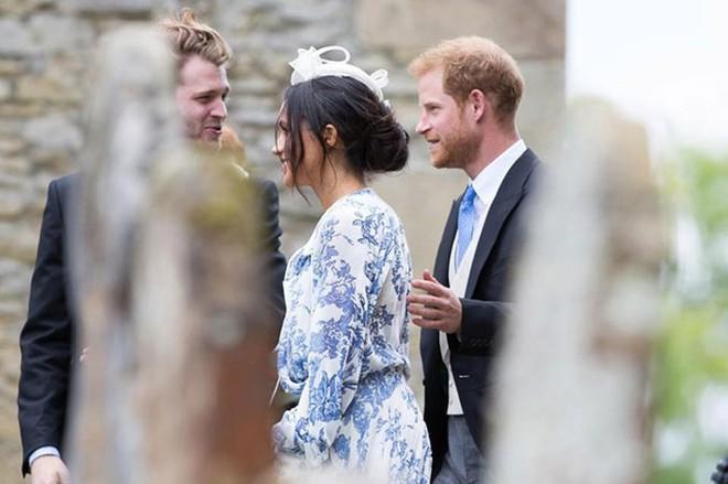 Đám cưới đặc biệt nhất hôm nay: cô dâu đeo vương miện của công nương Diana, Meghan Markle diện váy gần trăm triệu tham dự - Ảnh 9.