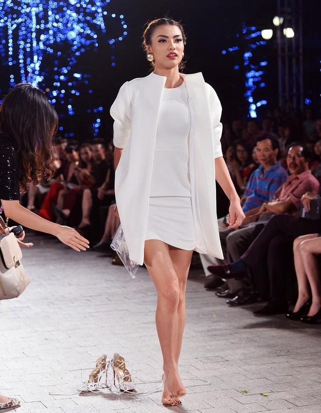 Những pha rớt giày trên sàn catwalk: tuy chẳng ai mong muốn nhưng lại cho tinh thần làm việc đầy chuyên nghiệp của những nàng mẫu này - Ảnh 4.
