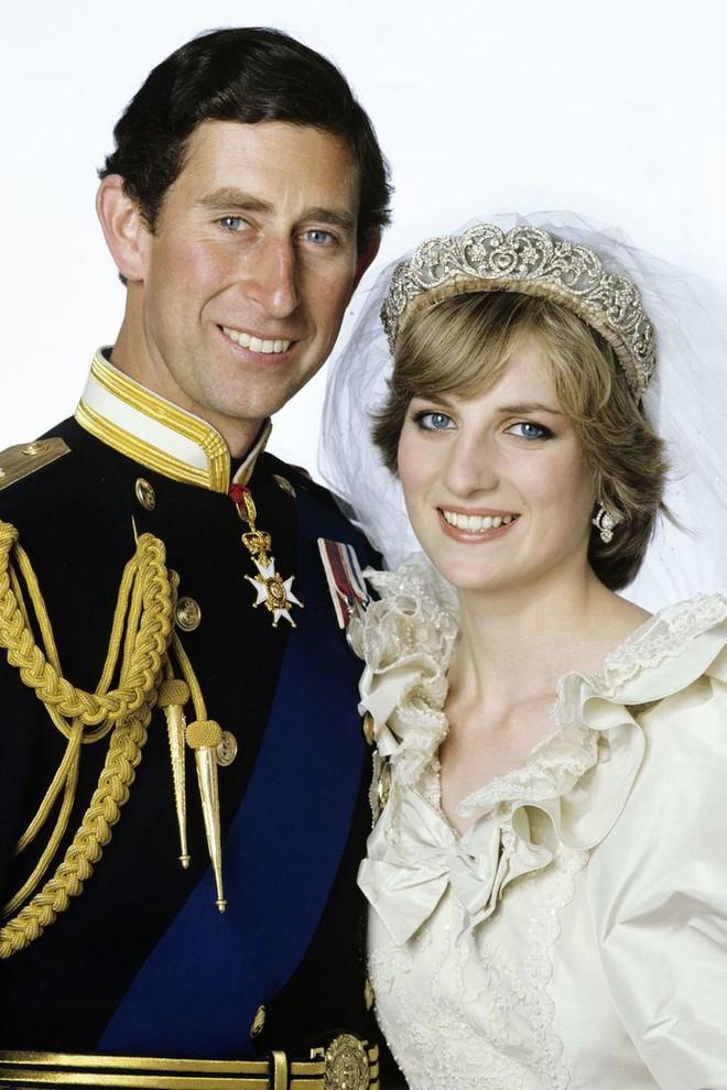 Đám cưới đặc biệt nhất hôm nay: cô dâu đeo vương miện của công nương Diana, Meghan Markle diện váy gần trăm triệu tham dự - Ảnh 3.
