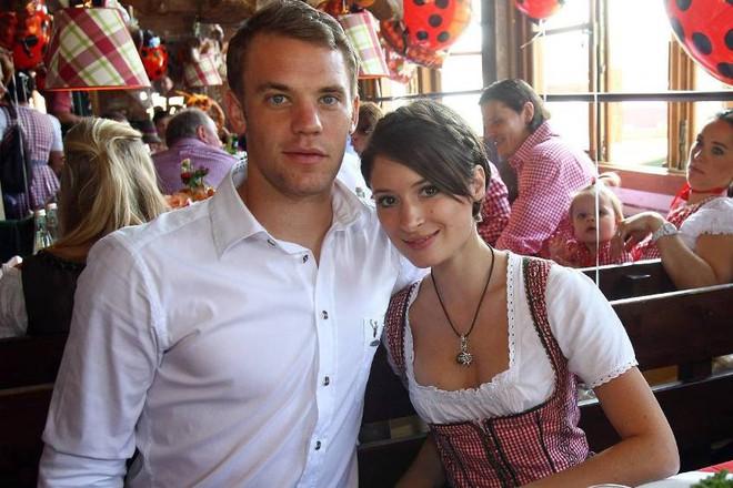 Triệu trái tim tan vỡ vì trai đẹp của đội tuyển Đức - Manuel Neuer đã là chồng người ta rồi! - Ảnh 3.
