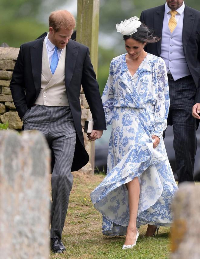 Khoảnh khắc Meghan suýt trượt ngã vì giày cao gót và phản ứng của Hoàng tử Harry gây sốt - Ảnh 4.