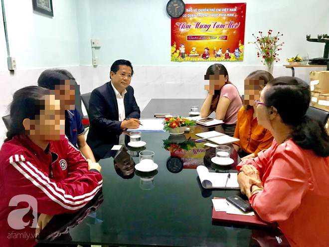 Gia đình anh Thanh nhờ đến sự hỗ trợ của Hội Bảo vệ Quyền trẻ em Việt Nam cùng luật sư.