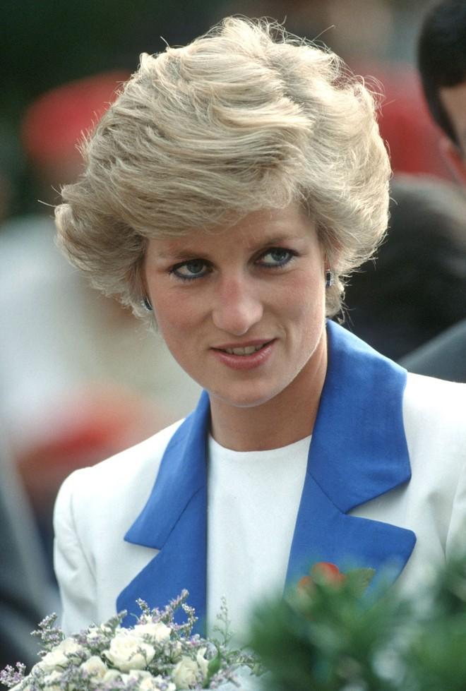 Bí mật đằng sau mái tóc ngắn hoàn hảo của Công nương Diana sẽ khiến bạn càng ngưỡng mộ sự kín đáo của bà - Ảnh 1.