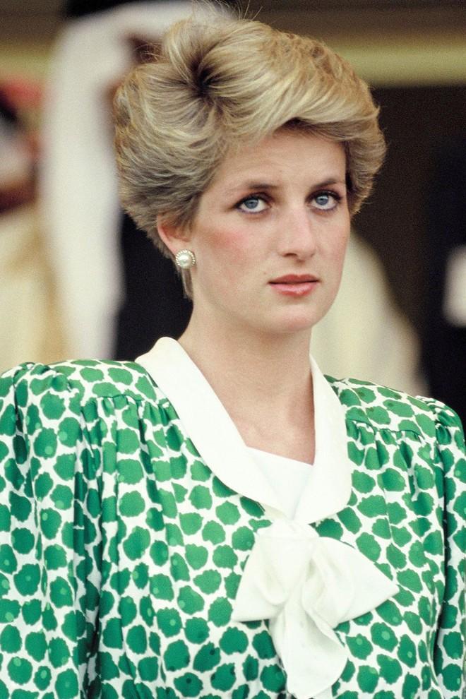 Bí mật đằng sau mái tóc ngắn hoàn hảo của Công nương Diana sẽ khiến bạn càng ngưỡng mộ sự kín đáo của bà - Ảnh 4.