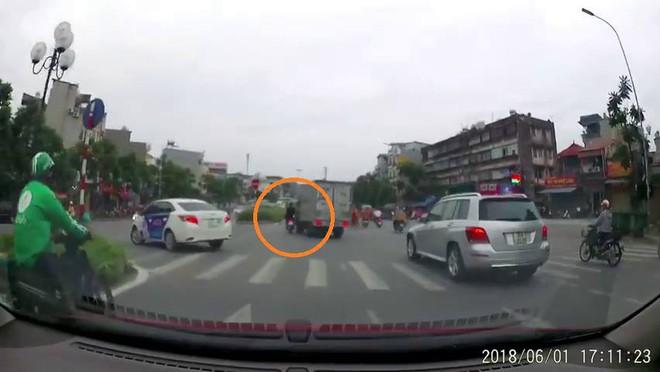 Clip: Hai thanh niên không đội mũ bảo hiểm, bốc đầu xe máy, bị ô tô tải quệt văng vào dải phân cách bên đường - Ảnh 3.