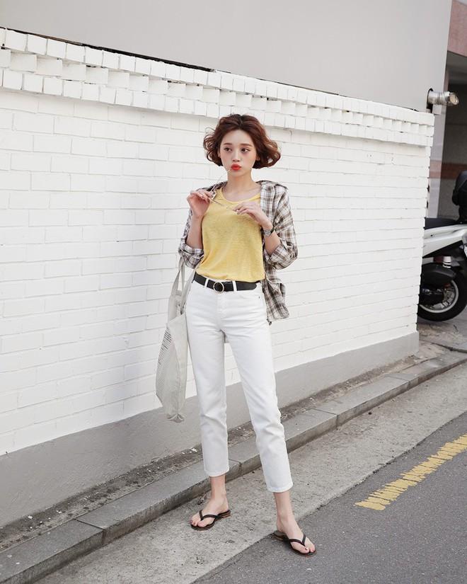 15 set đồ dưới đây là minh chứng rằng những thiết kế quần trắng cũng chẳng kém đa zi năng so với quần jeans - Ảnh 5.