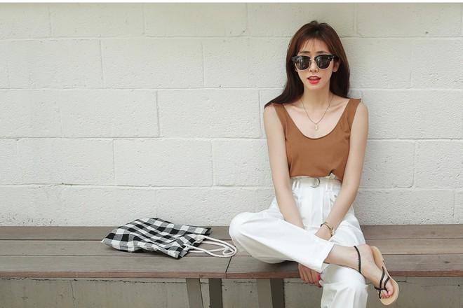 15 set đồ dưới đây là minh chứng rằng những thiết kế quần trắng cũng chẳng kém đa zi năng so với quần jeans - Ảnh 8.
